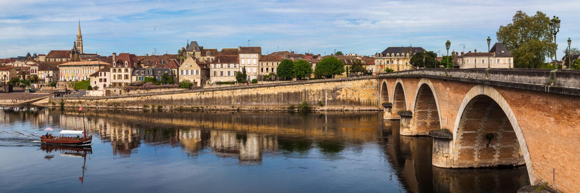 13-14852-france-dordogne-gabarre-sur-la-dordogne-a-bergerac-panorama-sentucq-h
